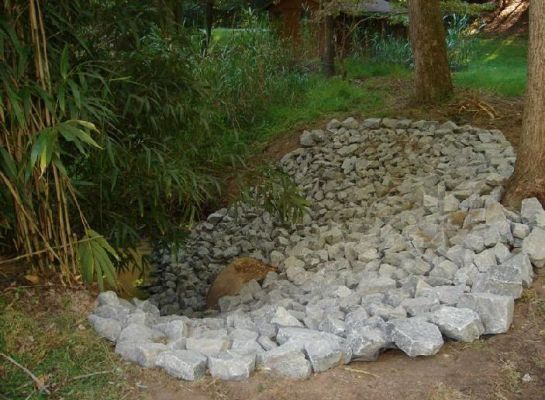 Stabilized embankment with stone